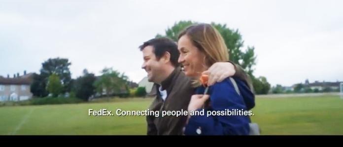 100 anuncios publicitarios con eslogan: Mejores slogans. FedEx: Conectando gente y posibilidades.