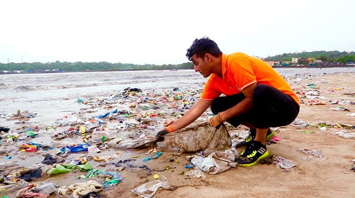 Afroz Shah recogiendo basura