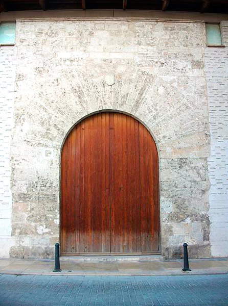 Portalón de la entrada lateral del Almudín de Valencia