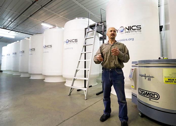 Andy Zawacki, administrador de las instalaciones del Instituto Cryonics, Clinton Township, Michigan