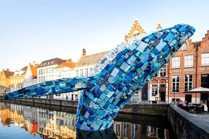 La ballena de 5 toneladas de plástico que se yergue sobre Brujas