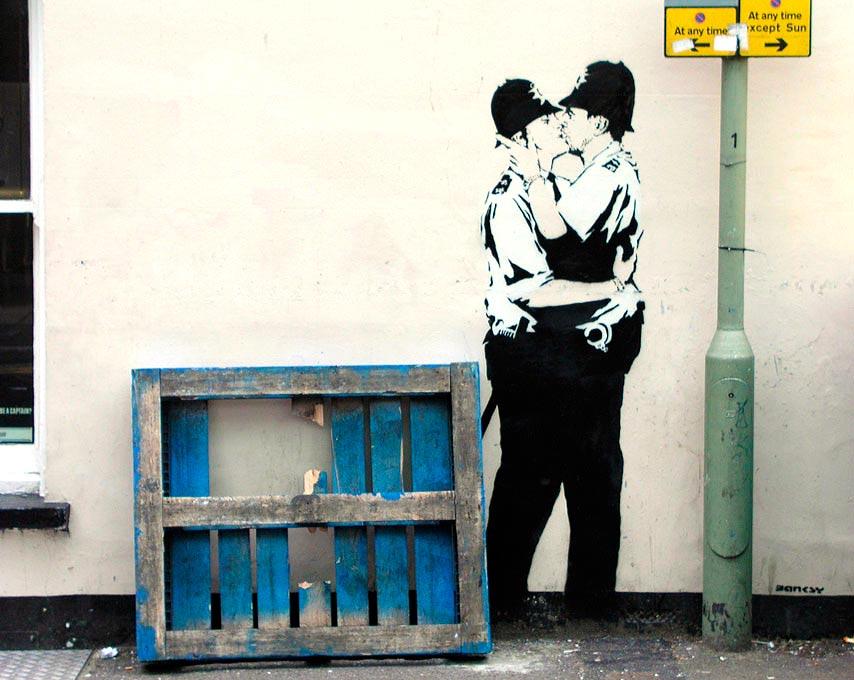 Policías besándose