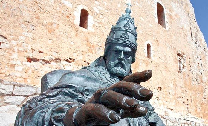 El Papa Luna - Escultura de Papa Luna en Peñíscola