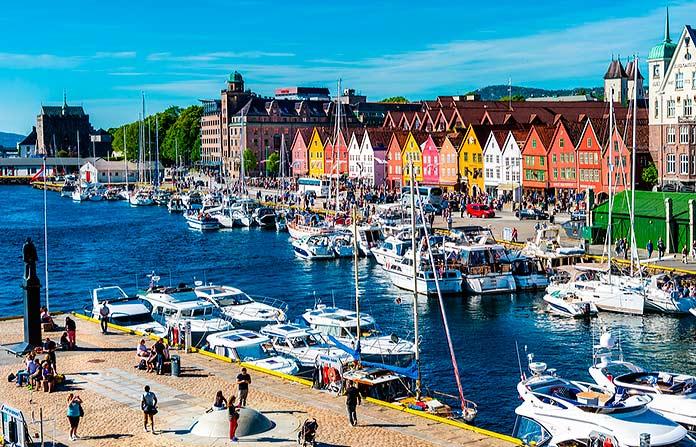 Casas y puerto del barrio de Bryggen en Bergen.