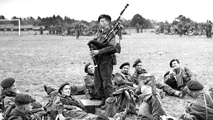Bill Millin tocando la gaita entre las tropas.