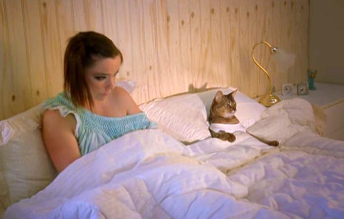 Bjork con un gato en el vídeo Triumph Of A Heart