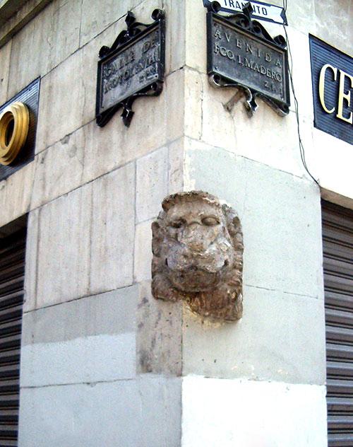 La cabeza de león, en la esquina de las calles Motolinia y Madero