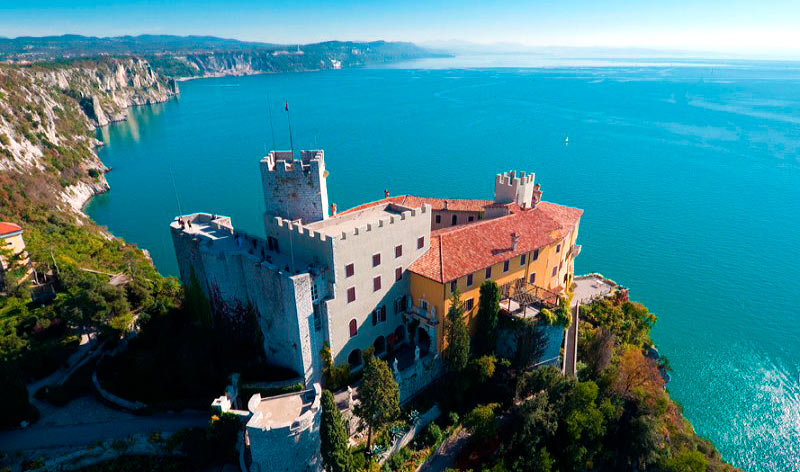 Castillo de Duino en el mar Adriático