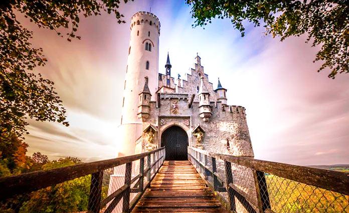 Pasarela de entrada al Castillo de Lichtenstein
