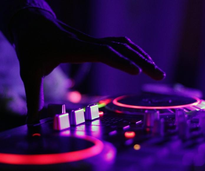 Cierran una discoteca y amenazan al DJ por mezclar techno con la oración musulmana