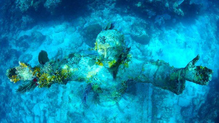 Cristo del abismo: todo sobre la impactante estatua de Cristo sumergida en el mar