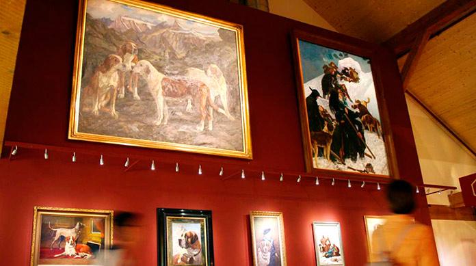 Cuadros en el interior del Musée et Chiens du Saint-Bernard