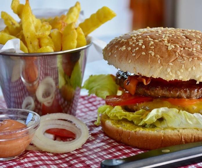 Descubre las 5 comidas menos saludables de tu dieta
