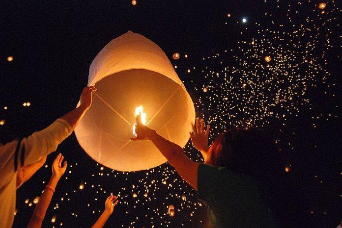 Día del Padre. Celebraciones curiosas del Día del Padre. Ceremonia de la iluminación de la velas en Tailandia.