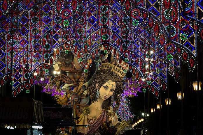 Día del Padre. Día del Padre en España. Iluminación de la Calle de Sueca. Literato Azorín en 2017 con falla al fondo.