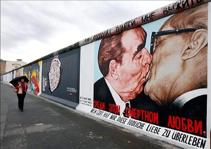 Ilustración del beso fraternal socialista en el muro de Berlín
