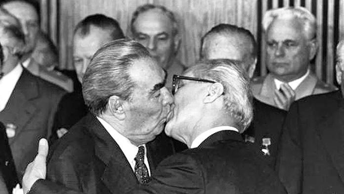 El beso fraternal socialista, de Regis Bossu