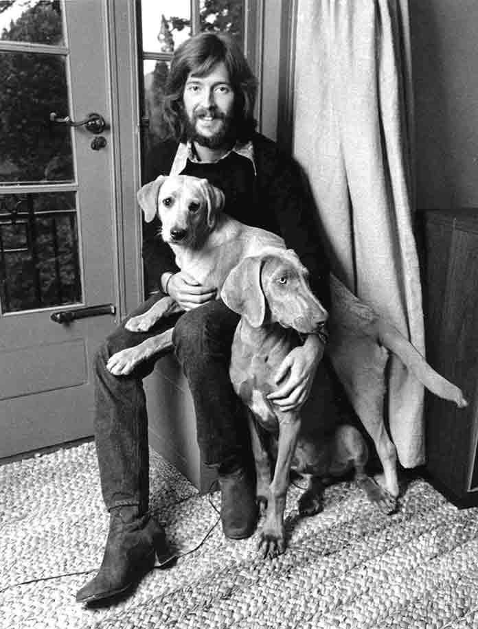 Eric Clapton en 1969 con sus dos perros