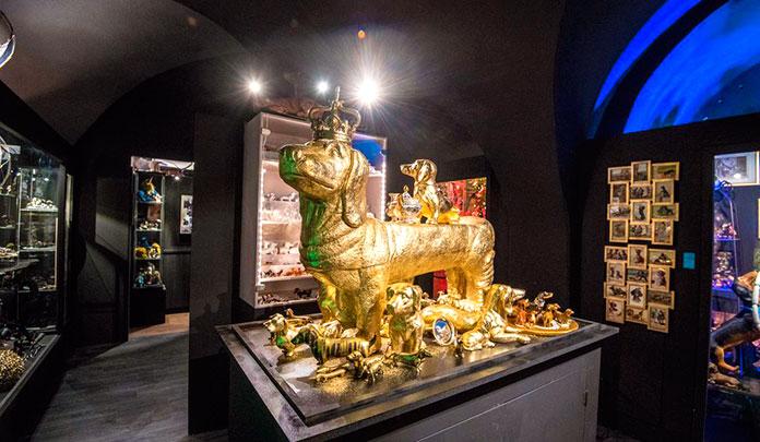 Escultura gigante de perro salchicha