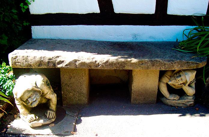 Esculturas debajo de un banco