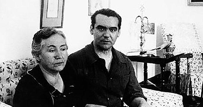 Federico García Lorca junto a su madre