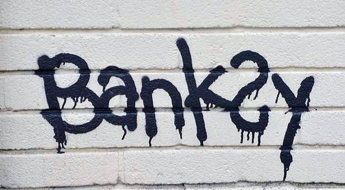 Firma de Banksy hecha con spray sobre una pared