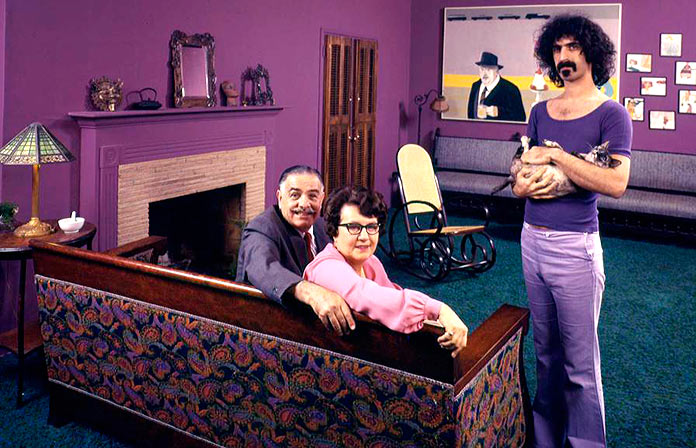 Frank Zappa con sus padres y su gato en 1971