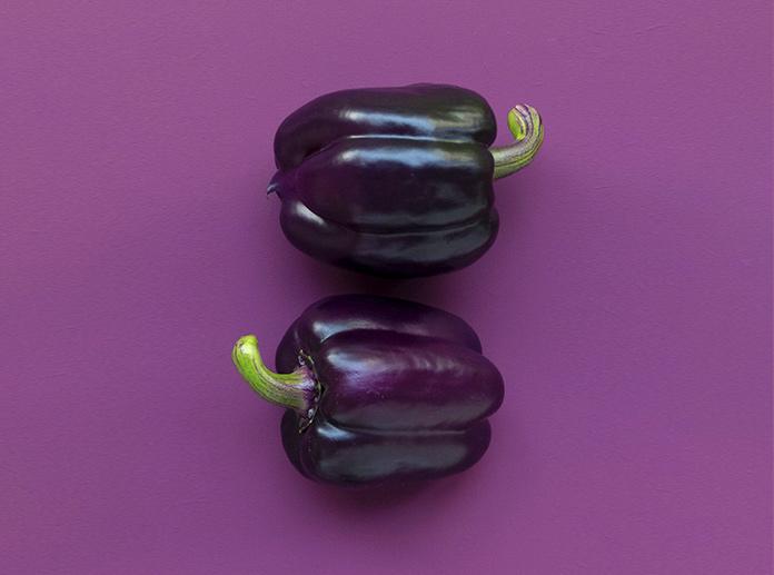 Pimientos sobre fondo violeta