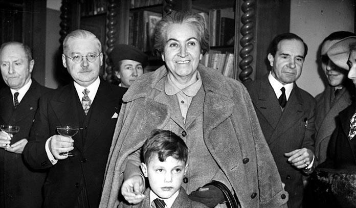 Gabriela Mistral junto a su familia