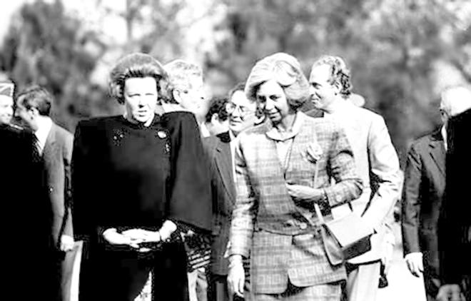 La reina Beatriz de Holanda, la reina Sofía y el rey Juan Carlos en la primera reunión Bilderberg en España celebrada en La Toja en 1989.