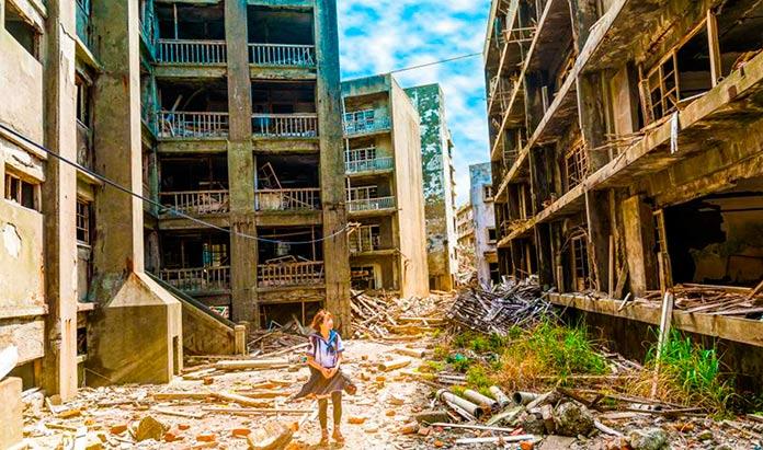 Joven paseando por las calles abandonadas de Hashima.