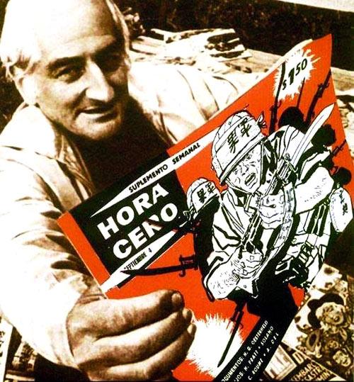 Héctor Germán Oesterheld junto a varios ejemplares de su publicación, Hora Cero.
