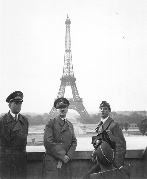 Hitler (centro) posando frente la Torre Eiffel