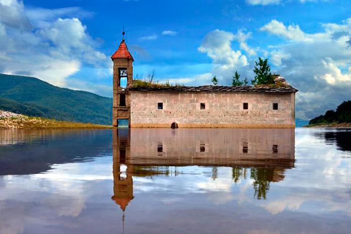 Iglesia de San Nicolás hundida en Mavrovo