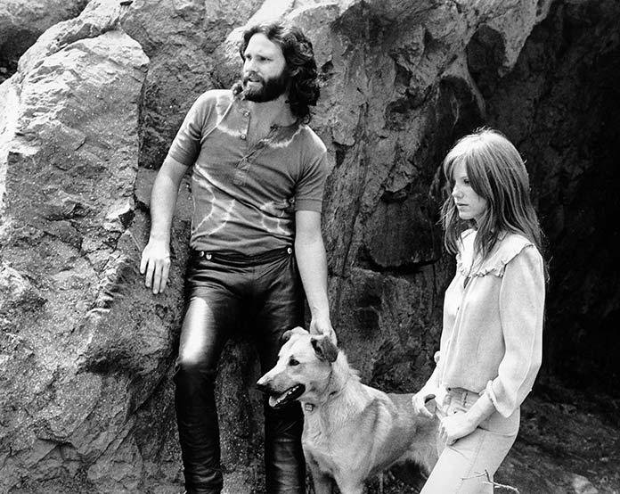 Jim Morrison con su novia Pamela Susan Courson y su perra Sage
