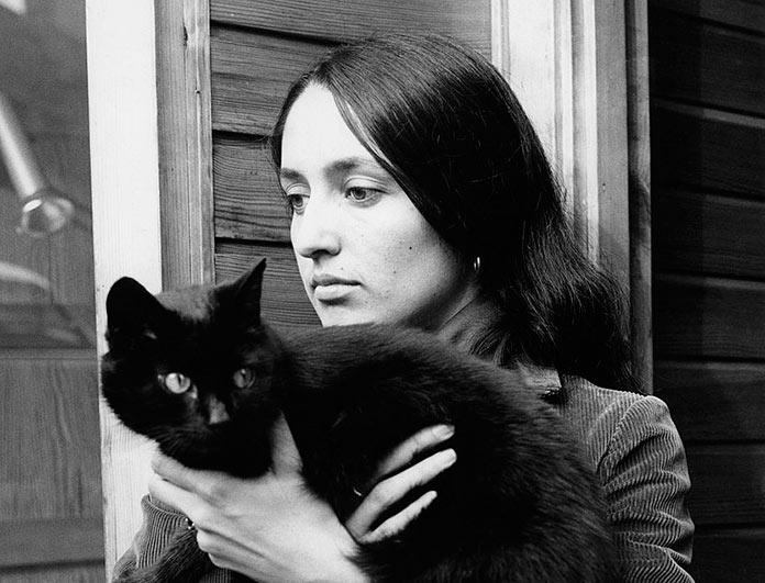 Joan Báez con su gato negro