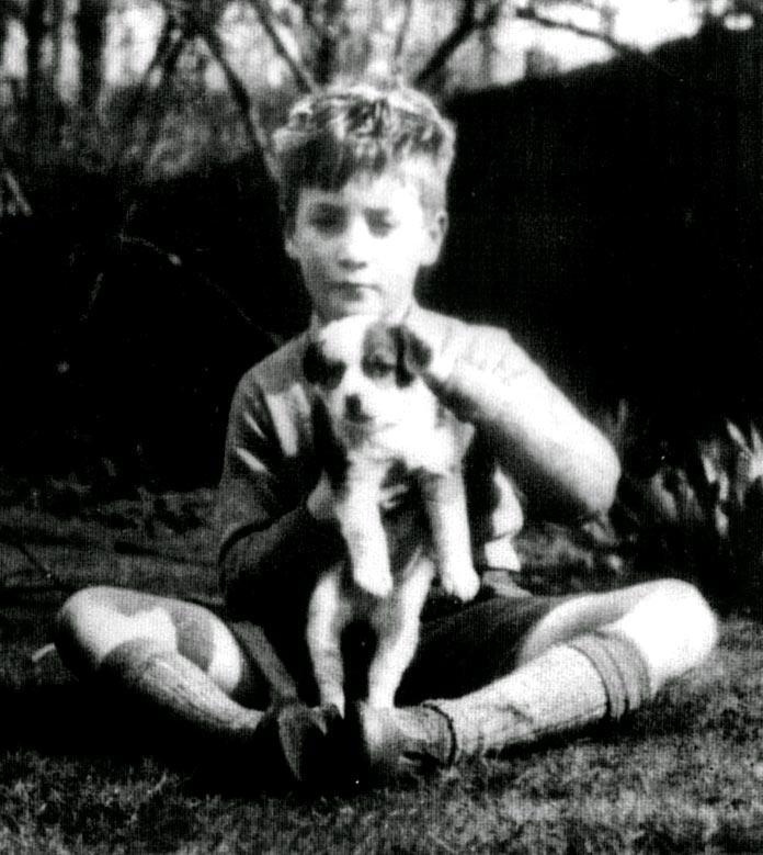 John Lennon de pequeño con su perro Nigel
