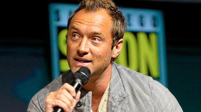 Así es como Jude Law se ha colado en la historia musical de Vampire Weekend y de otros conocidos artistas