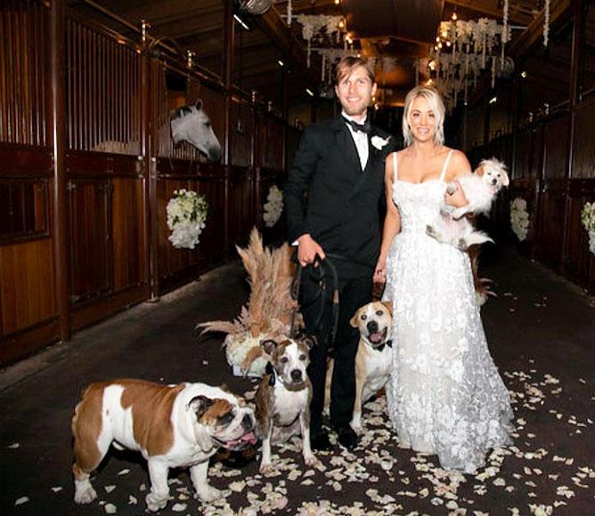 Kaley Cuoco y Karl Cook con sus perros