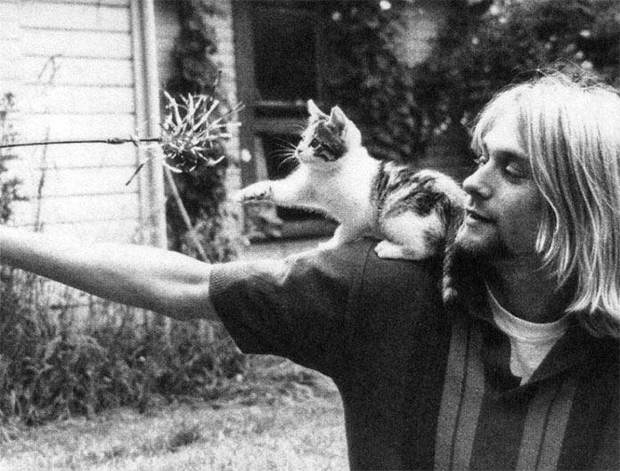 Kurt Cobain jugando con gato