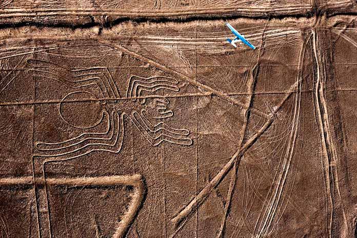 Antiguo geoglifo de araña, desierto peruano