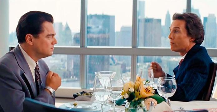 Escena de El Lobo de Wall Street en la que Matthew McConaughey y Leonardo Dicaprio canturrea un ritmo mientras se golpea el pecho