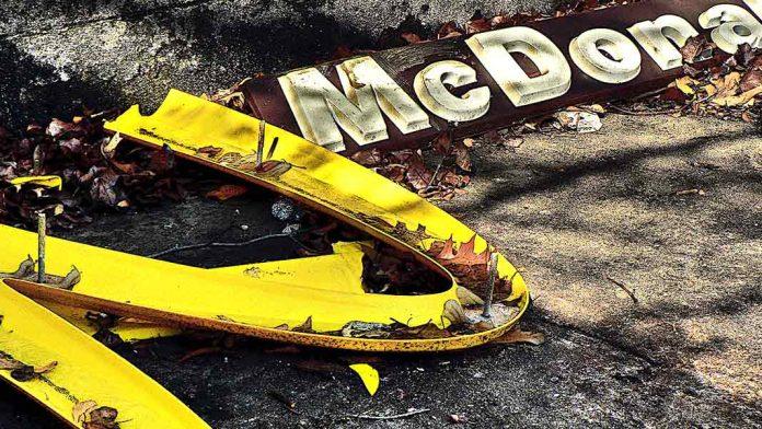 Dentro del McDonald's flotante abandonado hace 30 años