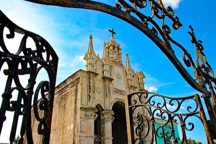 Entrada a un cementerio en México