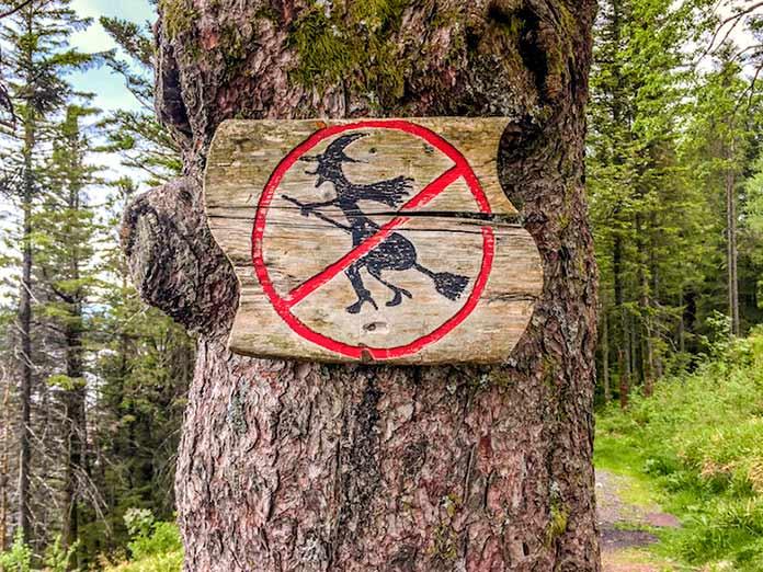 Señal Prohibido Brujas en un árbol de Floyen, Bergen.