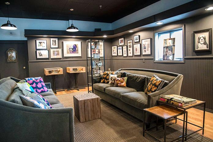 Sala con cuadros y sofás