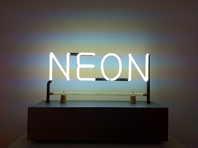 Neón, de Joseph Kosuth, 1965. Creative Commons.