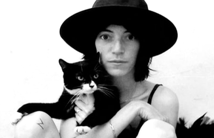 Patti Smith posando con un gato