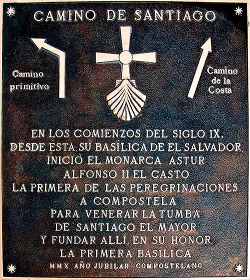 Placa de bronce que marca el comienzo del Camino de Santiago