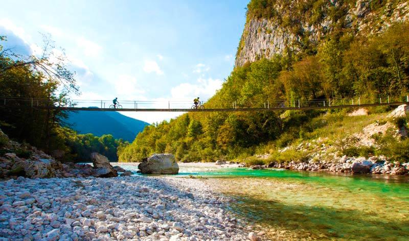 Puente colgante en el valle de Soča